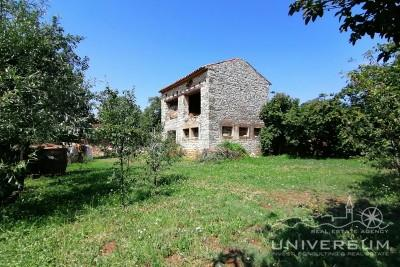 Stone house, barn and building land near Novigrad